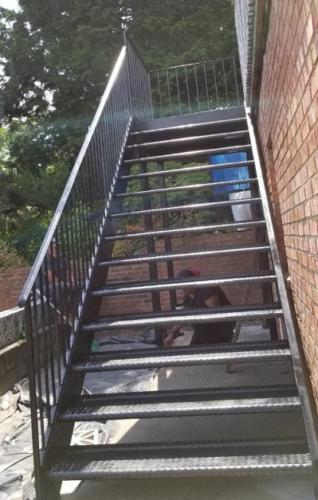Open tread diamond plate steel staircase
